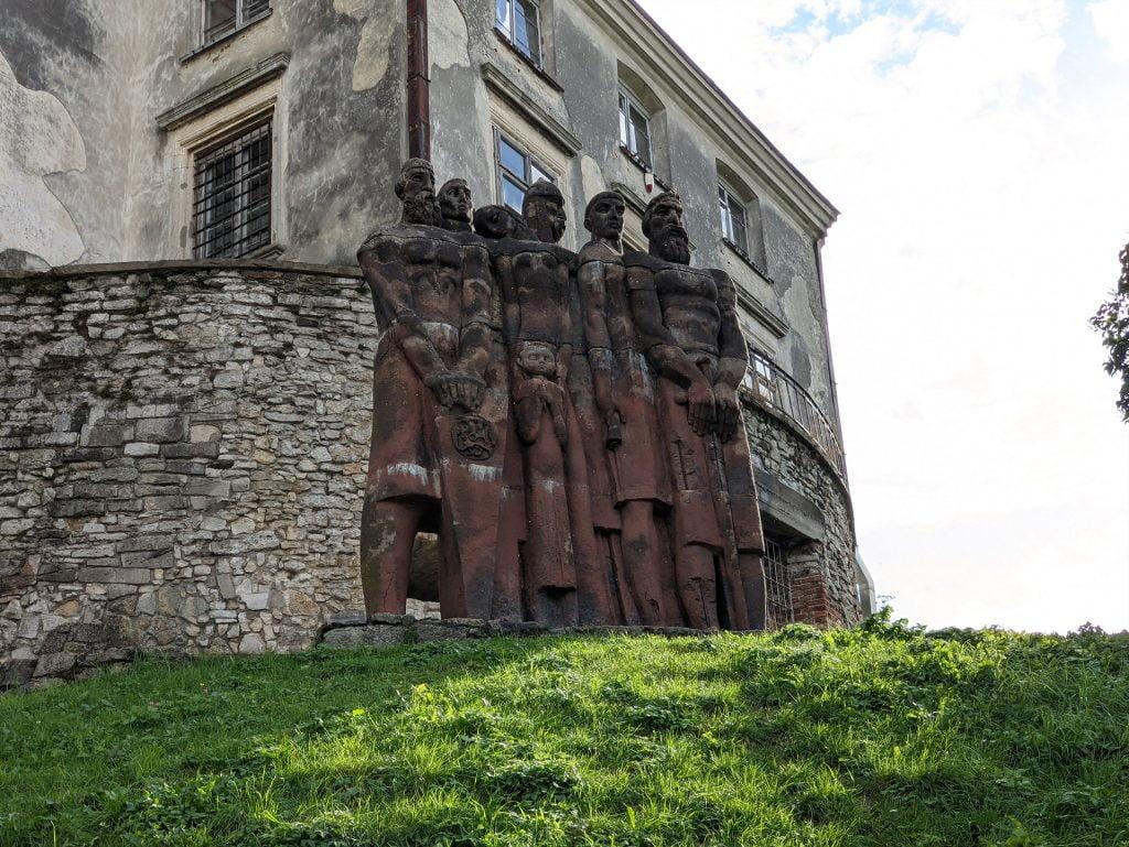 Olekso Castle Sculptures